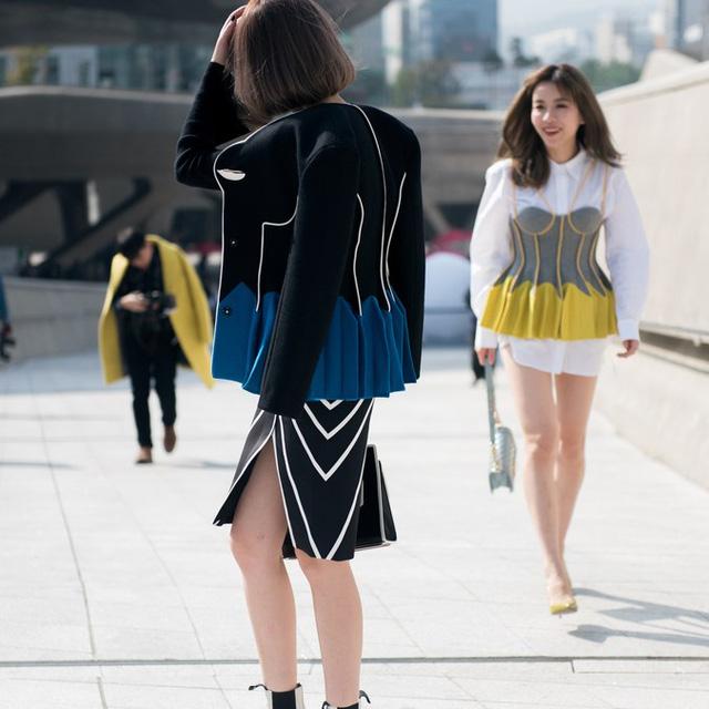 Màu đen cá tính phủ sóng thời trang đường phố Hàn Quốc - Ảnh 3.
