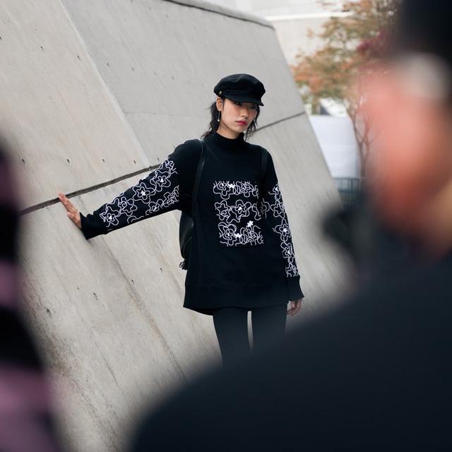 Màu đen cá tính phủ sóng thời trang đường phố Hàn Quốc - Ảnh 17.