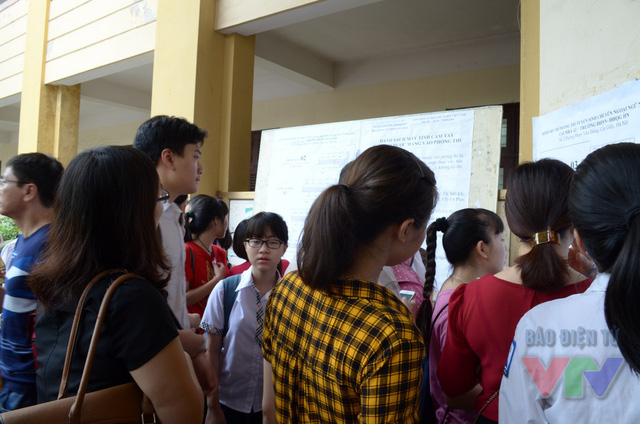 ĐKXT bổ sung đợt 1: Có hay không việc bất công cho thí sinh khi các trường hạ điểm xét tuyển - Ảnh 1.