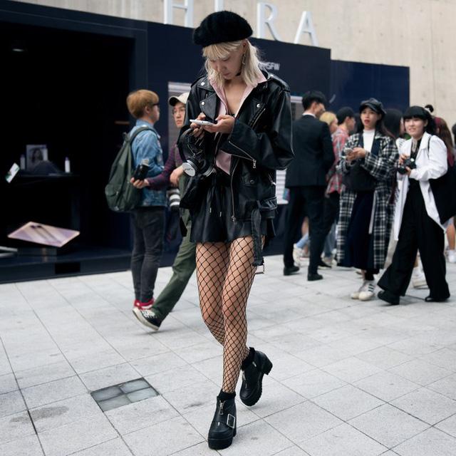 Màu đen cá tính phủ sóng thời trang đường phố Hàn Quốc - Ảnh 30.