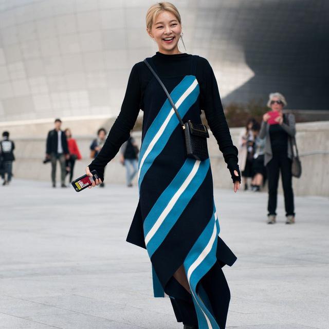 Màu đen cá tính phủ sóng thời trang đường phố Hàn Quốc - Ảnh 26.