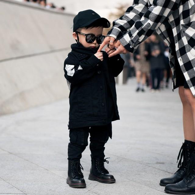 Màu đen cá tính phủ sóng thời trang đường phố Hàn Quốc - Ảnh 33.