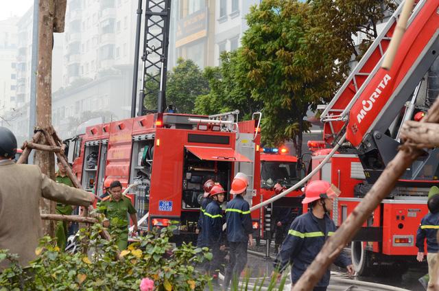 Cháy lớn tại Trần Thái Tông, nhiều người bị kẹt - Ảnh 7.