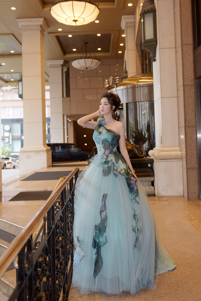 Hoa hậu Mỹ Linh tỏa sáng với vẻ đẹp lộng lẫy ở Đài Loan - Ảnh 1.
