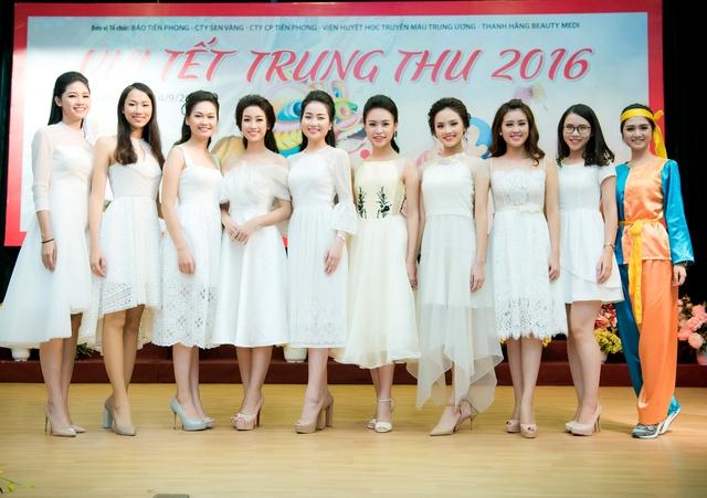 Hoa hậu Đỗ Mỹ Linh dịu dàng vui Tết Trung thu với bệnh nhi - Ảnh 1.