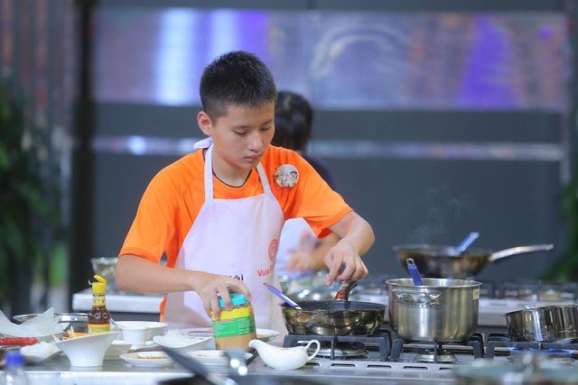 Vua đầu bếp nhí: Thí sinh lao đao vì ba loại món cuốn - Ảnh 3.