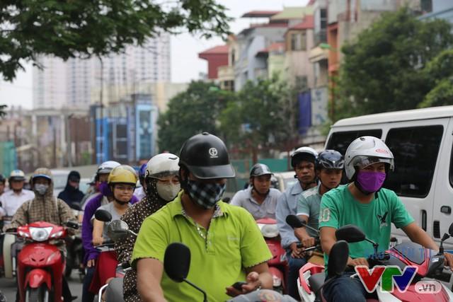 Khói bụi, tắc đường ám ảnh người dân dọc tuyến Nhổn – Ga Hà Nội - Ảnh 15.