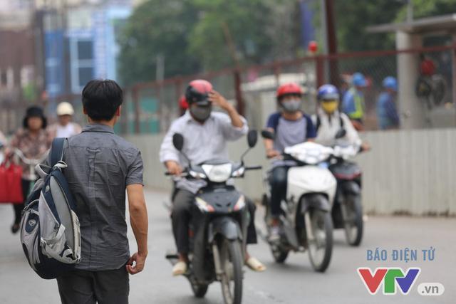 Khói bụi, tắc đường ám ảnh người dân dọc tuyến Nhổn – Ga Hà Nội - Ảnh 14.