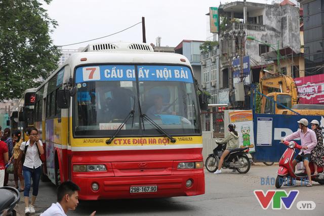 Khói bụi, tắc đường ám ảnh người dân dọc tuyến Nhổn – Ga Hà Nội - Ảnh 11.