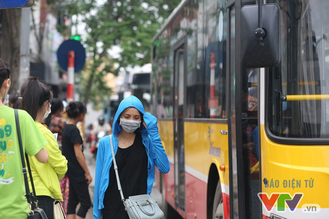 Khói bụi, tắc đường ám ảnh người dân dọc tuyến Nhổn – Ga Hà Nội - Ảnh 13.
