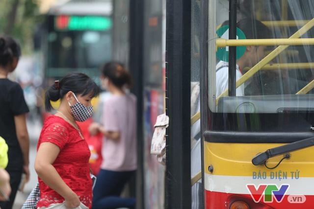 Khói bụi, tắc đường ám ảnh người dân dọc tuyến Nhổn – Ga Hà Nội - Ảnh 12.