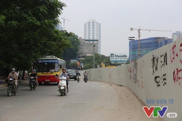 Khói bụi, tắc đường ám ảnh người dân dọc tuyến Nhổn – Ga Hà Nội - Ảnh 17.
