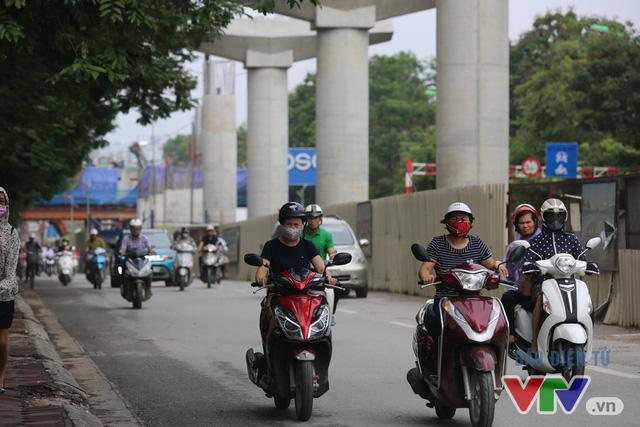 Khói bụi, tắc đường ám ảnh người dân dọc tuyến Nhổn – Ga Hà Nội - Ảnh 8.