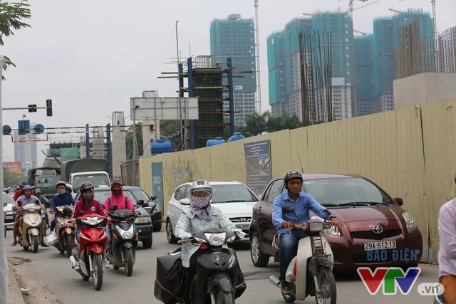 Khói bụi, tắc đường ám ảnh người dân dọc tuyến Nhổn – Ga Hà Nội - Ảnh 4.