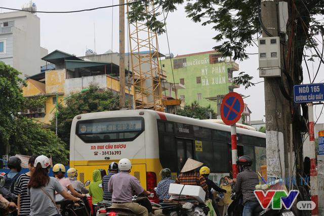 Khói bụi, tắc đường ám ảnh người dân dọc tuyến Nhổn – Ga Hà Nội - Ảnh 1.