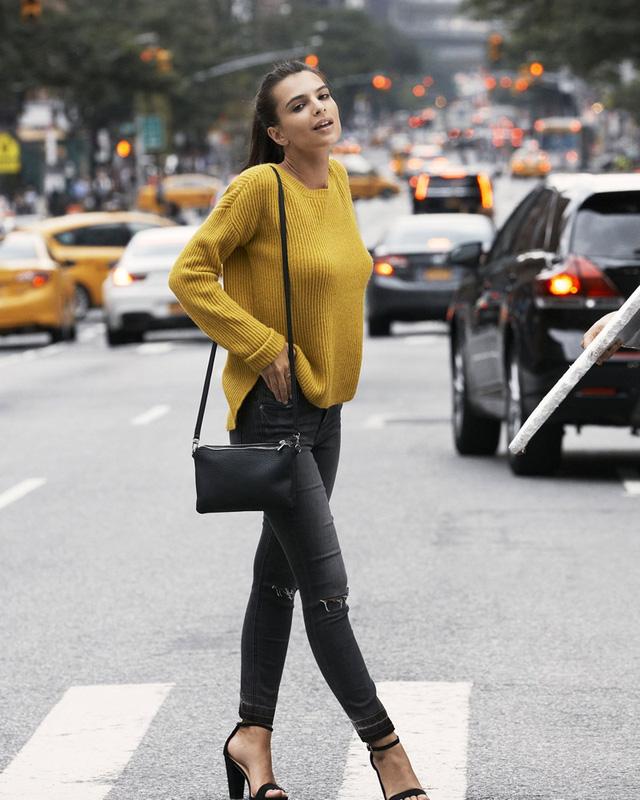 Mỹ nhân phim Gone Girl thả dáng trên đường phố New York - Ảnh 1.