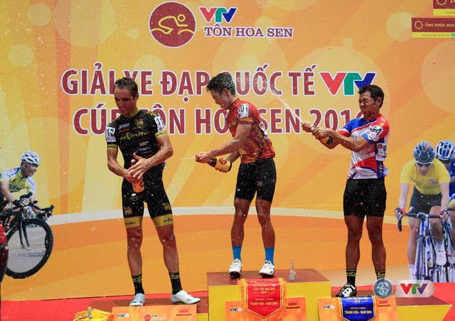 Ảnh: Khoảnh khắc ấn tượng chặng 7 Giải xe đạp quốc tế VTV - Cúp Tôn Hoa Sen 2016 - Ảnh 18.