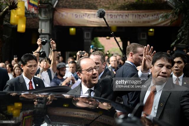 Tổng thống Pháp dạo phố cổ Hà Nội cùng giáo sư Ngô Bảo Châu - Ảnh 1.