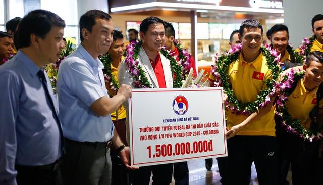 ĐT Futsal Việt Nam được chào đón nồng nhiệt tại sân bay - Ảnh 1.