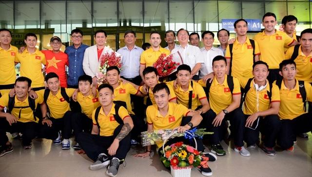 ĐT Futsal Việt Nam được chào đón nồng nhiệt tại sân bay - Ảnh 2.