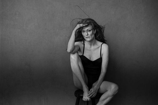 Không sợ xấu, Nicole Kidman, Julianne Moore không trang điểm xuất hiện trên Pirelli 2017 - Ảnh 2.