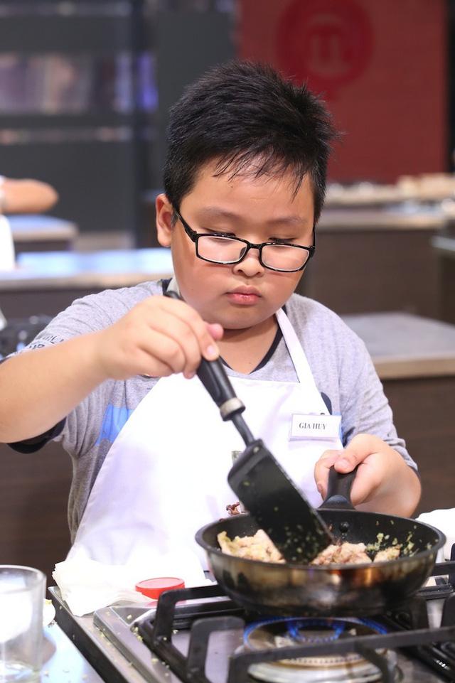 Vua đầu bếp nhí: Cậu bé rụng răng gây sửng sốt với món cơm gia truyền - Ảnh 1.