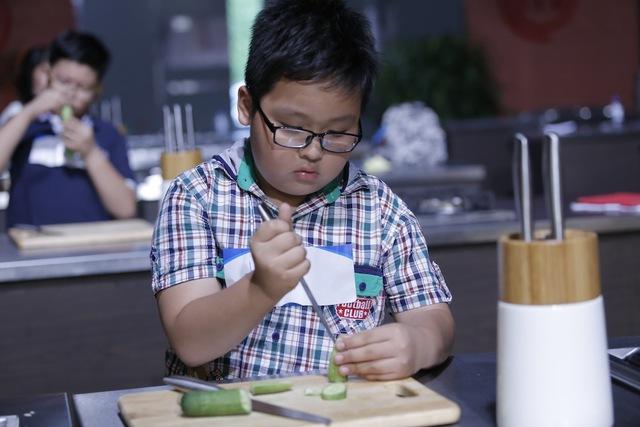 Quán quân Vua đầu bếp bày chiêu nấu nướng cho những tài năng nhỏ tuổi - Ảnh 9.