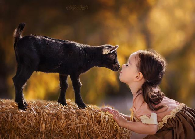 Ngất ngây bộ ảnh siêu dễ thương về bé gái yêu động vật - Ảnh 1.