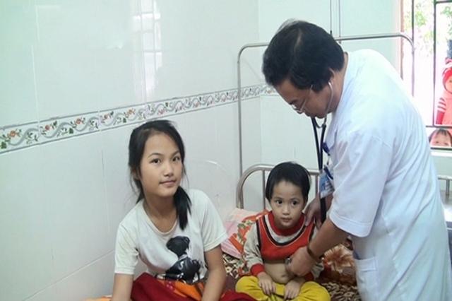 Kịp thời cứu 2 em nhỏ bị lũ cuốn trôi ở Hà Tĩnh - Ảnh 1.