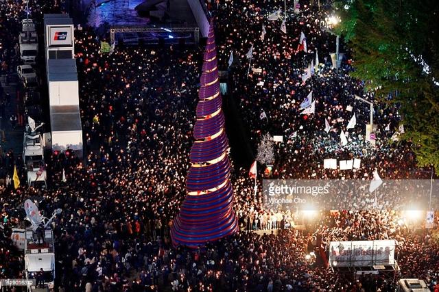 Tổng thống Hàn Quốc Park Geun-Hye trước sức ép từ chức lớn - Ảnh 3.