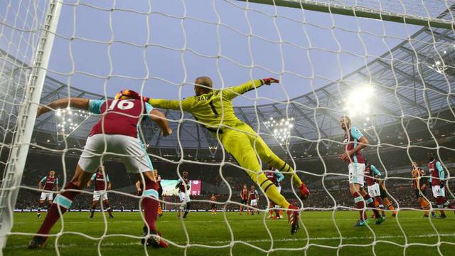 ĐHTB vòng 17 Premier League 2016/17: Loạt sao thành Manchester góp mặt - Ảnh 1.