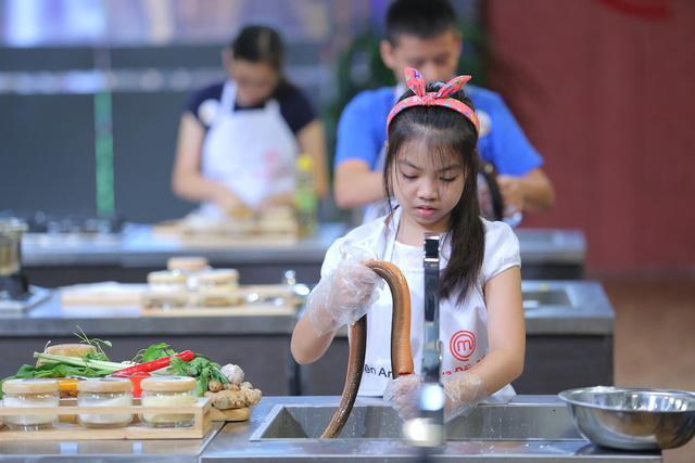 Vua đầu bếp nhí: Tự tin với món sushi, công chúa thỏ vẫn bị loại - Ảnh 2.