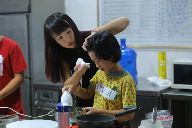 Vua đầu bếp Minh Nhật choáng trước tài nấu nướng của thí sinh nhí - Ảnh 7.