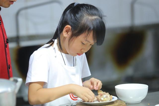Vua đầu bếp Minh Nhật choáng trước tài nấu nướng của thí sinh nhí - Ảnh 9.