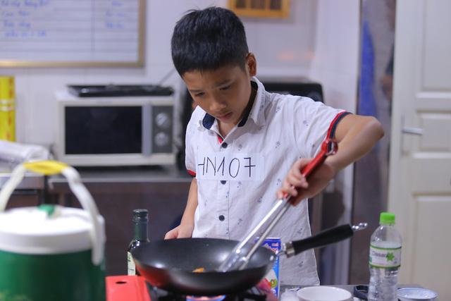 Vua đầu bếp Minh Nhật choáng trước tài nấu nướng của thí sinh nhí - Ảnh 10.