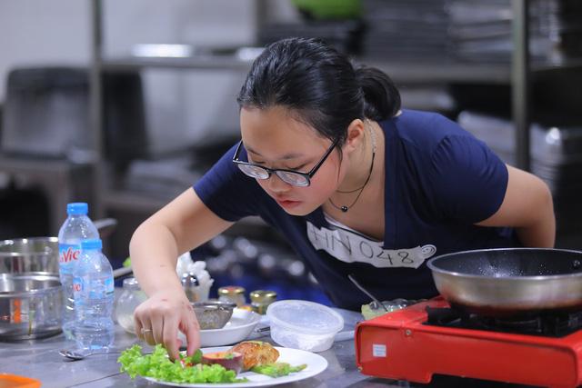 Vua đầu bếp Minh Nhật choáng trước tài nấu nướng của thí sinh nhí - Ảnh 11.