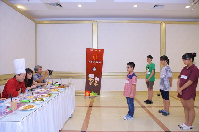 Vua đầu bếp Minh Nhật choáng trước tài nấu nướng của thí sinh nhí - Ảnh 1.