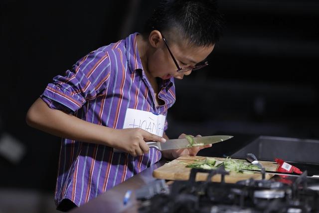 Quán quân Vua đầu bếp bày chiêu nấu nướng cho những tài năng nhỏ tuổi - Ảnh 10.