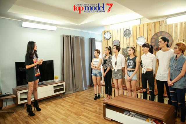 Hoàng Thùy kể khổ với top 11 Vietnams Next Top Model 2016 - Ảnh 1.