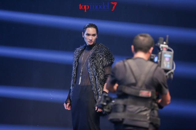 Top 7 Vietnams Next Top Model 2016 vừa catwalk ngược vừa... cởi đồ - Ảnh 12.