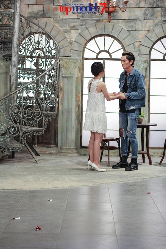 Thùy Trâm Next Top Model khóc ngon lành trong vòng tay mẹ Angela Phương Trinh - Ảnh 2.