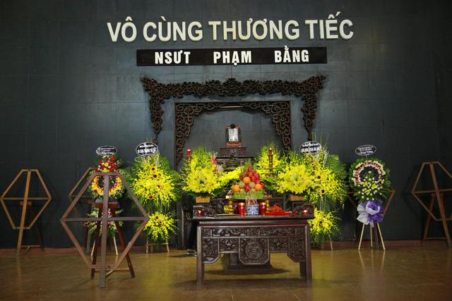 Rơi nước mắt với hình ảnh trong đám tang Phạm Bằng - Ảnh 2.