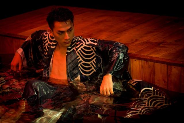 Isaac hóa chàng trai nổi loạn trong MV Get down - Ảnh 1.