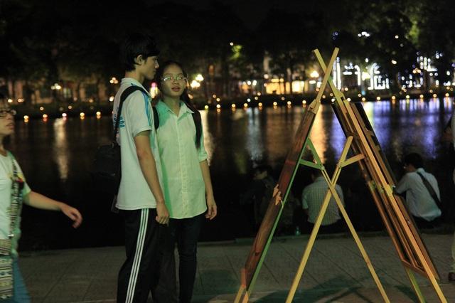 Người dân vui vẻ, khách du lịch hào hứng trên phố đi bộ quanh hồ Hoàn Kiếm - Ảnh 2.