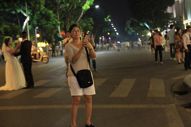 Người dân vui vẻ, khách du lịch hào hứng trên phố đi bộ quanh hồ Hoàn Kiếm - Ảnh 3.