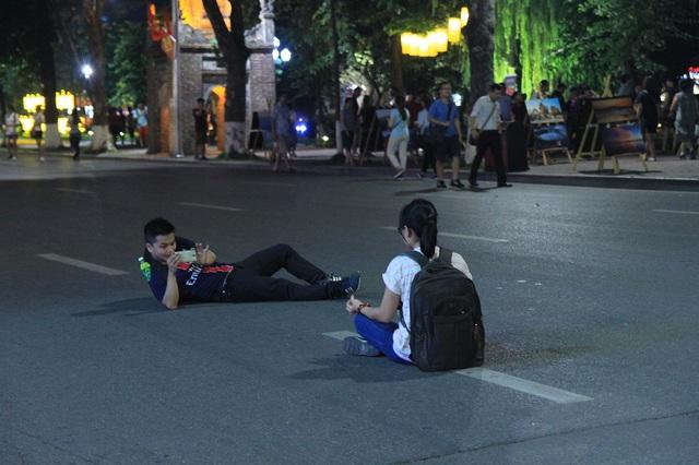 Người dân vui vẻ, khách du lịch hào hứng trên phố đi bộ quanh hồ Hoàn Kiếm - Ảnh 7.