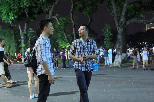 Người dân vui vẻ, khách du lịch hào hứng trên phố đi bộ quanh hồ Hoàn Kiếm - Ảnh 8.