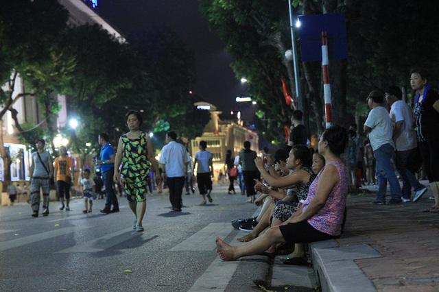 Người dân vui vẻ, khách du lịch hào hứng trên phố đi bộ quanh hồ Hoàn Kiếm - Ảnh 9.