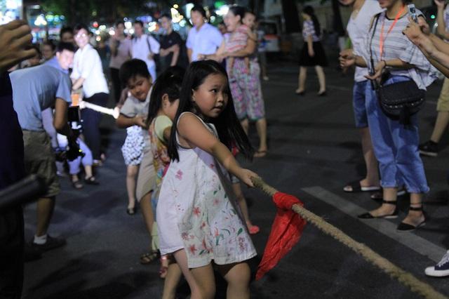 Người dân vui vẻ, khách du lịch hào hứng trên phố đi bộ quanh hồ Hoàn Kiếm - Ảnh 10.