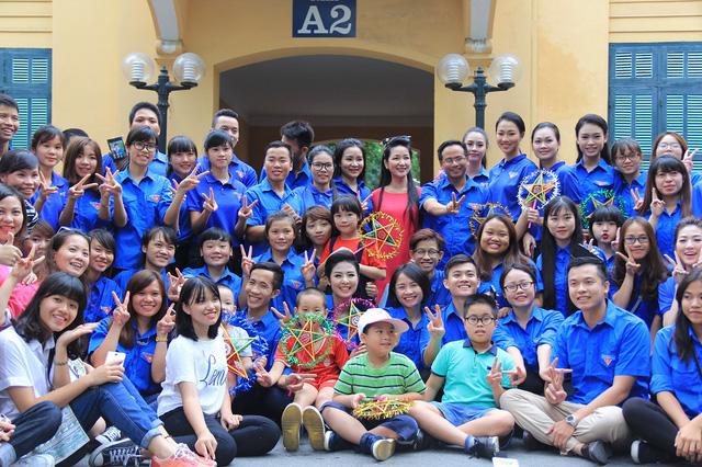 Đoàn Thanh niên VTV mang Trung thu tới các em nhỏ tại nhiều bệnh viện ở Hà Nội - Ảnh 1.